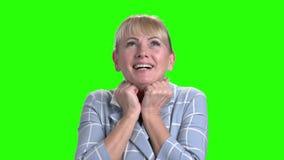 Upphetsad mogen kvinna på den gröna skärmen arkivfilmer