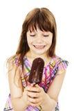 Upphetsad och lycklig ätaglass för glassliten flicka Royaltyfri Fotografi
