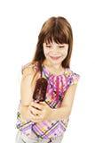 Upphetsad och lycklig ätaglass för glassliten flicka Arkivbild