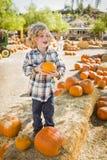 Upphetsad pojke som rymmer hans pumpa på en pumpalapp Fotografering för Bildbyråer