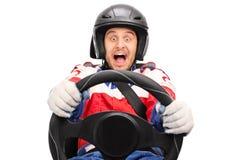 Upphetsad racerbilsförare som kör mycket snabbt Arkivbilder