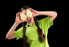 Upphetsad rolig flicka med det skivade päronet på ögon Royaltyfri Foto