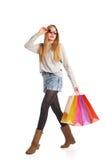 Upphetsad shoppingkvinna som isoleras på vit Fotografering för Bildbyråer