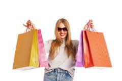Upphetsad shoppingkvinna som isoleras på vit Arkivbild