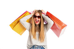 Upphetsad shoppingkvinna som isoleras på vit Royaltyfri Foto
