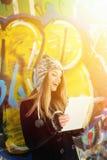 Upphetsad tonårs- flicka med minnestavladatoren som skrattar utomhus Royaltyfria Foton
