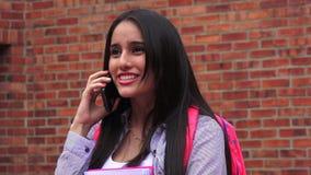 Upphetsad tonårig kvinnlig student Talking On Phone lager videofilmer