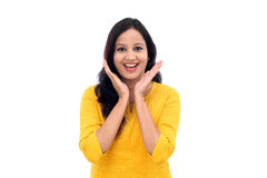 Upphetsad ung indisk kvinna mot vit Arkivbild