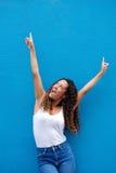 Upphetsad ung kvinna med lyftta armar Royaltyfria Bilder