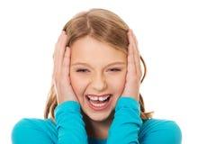 Upphetsad ung kvinna som rymmer hennes huvud Arkivbild