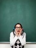 Upphetsad ung kvinnlig nerd som är blyg och Royaltyfria Foton