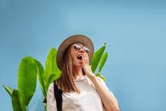 Upphetsad ung kvinnlig på semester fotografering för bildbyråer