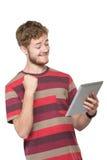 Upphetsad ung man som använder minnestavlaPC Royaltyfri Bild