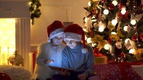 Upphetsade barn near julgranen lager videofilmer