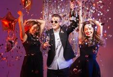 Upphetsade gladlynta unga vänner som dansar och har partiet Arkivbild