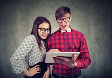 Upphetsade par som håller ögonen på den nya minnestavlan arkivbilder