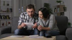 Upphetsade par som mottar goda nyheter på post arkivfilmer