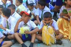 Upphetsade skolapojkar som tänker något royaltyfri foto