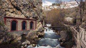 Upphetsande bana längs floden royaltyfri foto
