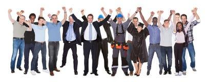 Upphetsat folk med olika ockupationer som firar framgång arkivfoto