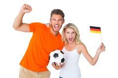 Upphetsat fotbollsfanparbifall på kameran Royaltyfri Foto
