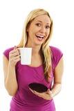 Upphetsat och lyckligt innehav för ung kvinna hennes kaffe Arkivbild