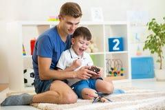 Upphetsat spela för barnpojke med en helikopter Royaltyfria Foton