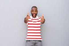 Upphetsat ungt afrikanskt peka för man Royaltyfri Foto