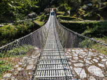 Upphängningbro i Nepal Arkivbild