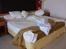 Uppknäppt smutsig säng Arkivfoton