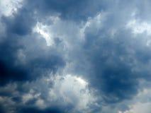 Uppkomsten av solen från molnen i himlen Arkivfoto
