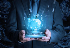 Uppkopplingsmöjlighet Co för samkväm och för internet för telefon för affärsmanhåll smart Royaltyfri Foto