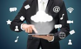 Uppkopplingsmöjlighet för moln för minnestavla för affärsmanhand hållande Royaltyfri Bild