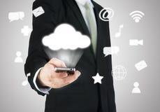 Uppkopplingsmöjlighet för moln för telefon för affärsmanhandinnehav smart Royaltyfria Foton