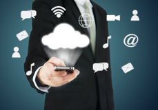 Uppkopplingsmöjlighet för moln för telefon för affärsmanhandinnehav smart Royaltyfri Fotografi