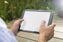 Uppkopplingsmöjlighet: Man som utomhus använder minnestavlan Royaltyfri Foto