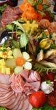 Uppläggningsfat av blandade köttskivor och grönsaker för kallt snitt Royaltyfri Bild