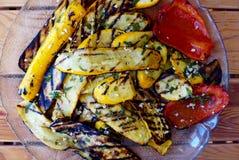 Uppläggningsfat av grillade grönsaker på trätabellen Arkivfoto