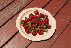 Uppläggningsfat av jordgubbar på en lantlig Wood tabell arkivfoton