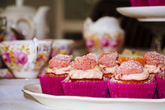 Uppläggningsfat av rosa muffin Arkivbilder