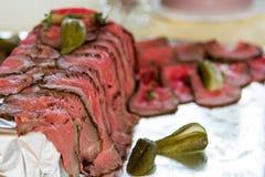 Uppläggningsfat med nytt kött som skivas upp Arkivbilder