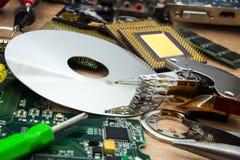 Uppläggningsfat, utlösararm och bräde från HDD med hjälpmedel Arkivfoton