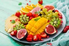 Uppläggningsfatfrukter och bär Arkivfoto