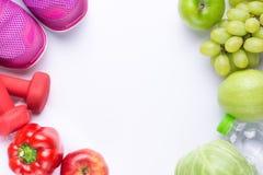 Upplösningar äter sunt, förlorar vikt och sammanfogar idrottshall, nya frukter, hantlar för kondition och måttbandet, sund livsst royaltyfri foto