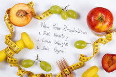 Upplösningar för nytt år, frukter, hantlar och cm, sund mat och livsstil Arkivfoto