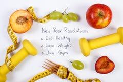 Upplösningar för nytt år, frukter, hantlar och cm, sund mat och livsstil Arkivbilder
