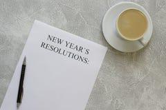 Upplösningar för ` s för nytt år skyler över brister, kaffe med skum Arkivbild