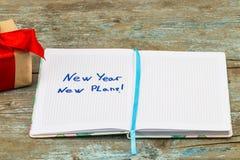2018 upplösningar smsar på anteckningsbokpapper med gåvaasken för busine Royaltyfria Bilder