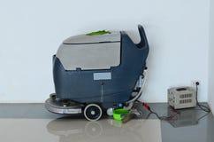 Uppladdning av den polerande lokalvårdmaskinen för golv arkivbilder