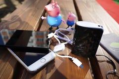 Uppladdningsbart batteri som laddar dina grejer Liksom: smartphone arkivfoto